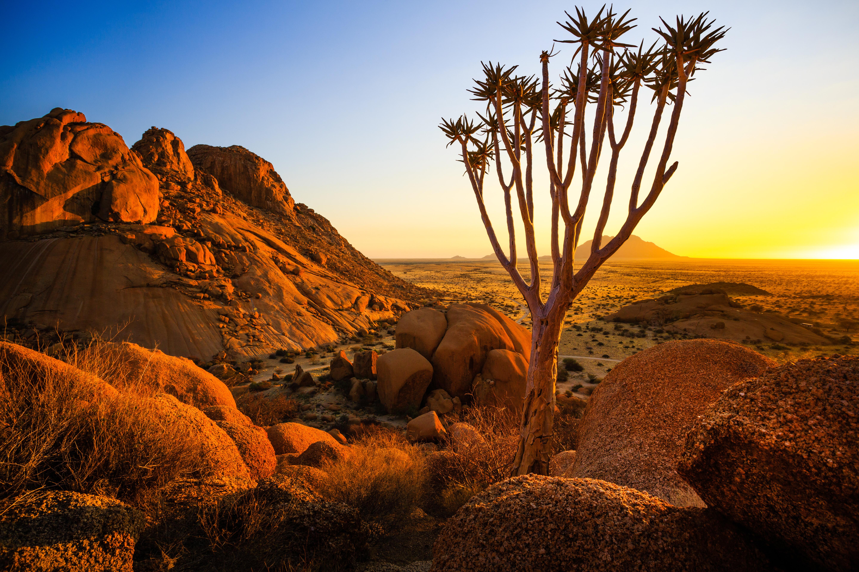 Z ploché polopouštní krajiny středozápadní Namibie se náhle zvedá granitový masiv starší, než 700 milionů let. Spitzkoppe. V nejvyšším bodě dosahuje 1784 metrů n.m. a tyčí se zhruba 700 metrů nad okolní krajinou. Nádherným skalním útvarům dodává zapadající slunce na atraktivnosti a každý si zde může při troše snahy najít kout, kde si vychutná tento okamžik v tichosti sám.